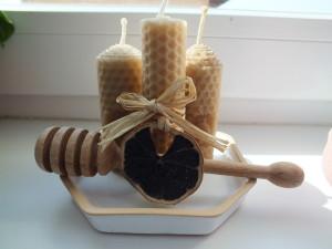 svíčky z včelího vosku s naběračkou na med