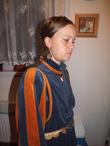 středověké šaty od známé, šperk na krku jsem vyrobila z drátků, pásek jsem udělala z koleček vyřezaných z překližky a je zdobený pozlacenou sponou