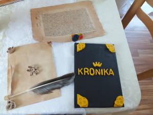 ručně vyrobená kronika o životě ve středověku - stáhla jsem z různých webů zajímavosti o životě ve středověku, udělali jsme vazbu a obal je z koženky a nápis s kováním je z Fima. No a ještě jsem na stůl dala ukázku středověkého textu ze 14. století a pak ukázku techniky quilling - ve středověku se touto technikou zdobily knihy