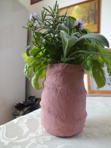 vázička s bylinkami užívanými ve středověku - je vyrobena z klasické skleničky od majonézy, polepená papírovou utěrkou, omotaná provázkem a natřená barvou na ubrousky