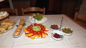 ... výběr sýrů, zeleninový talíř, olivy, domácí cibulové čatní, chilli papričky