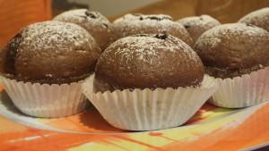 čokoládové muffinky - uvnitř je čokoládový bonbon z bonboniéry :)