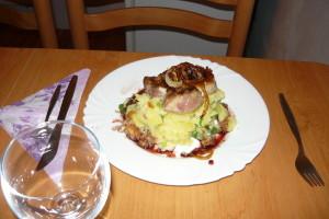 Vepřový steak s karamelizovanou cibulkou, omáčkou z červeného vína a šťouchanými bramobry s jarní cibulkou