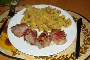 Vepřová panenka ve slanině se šťouchanými brambory s jarní cibulkou a slaninkou ...