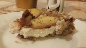 zdravý dortík - dortík z ovesných vloček se sušeným ovocem a tvarohovou náplní - navrchu ozdobený karamelizovanými jablíčky a oříšky se skořicí a medem