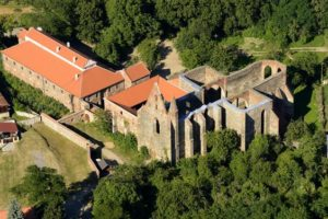 dolni-kounice-hrad-a-klaster