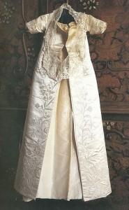 křestní šatičky Alžběty I. - vlastnoručně šité a vyšívané její matkou Annou Boleynovou