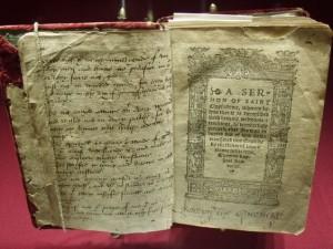 kniha patřící Kateřině Parrové s originálním podpisem